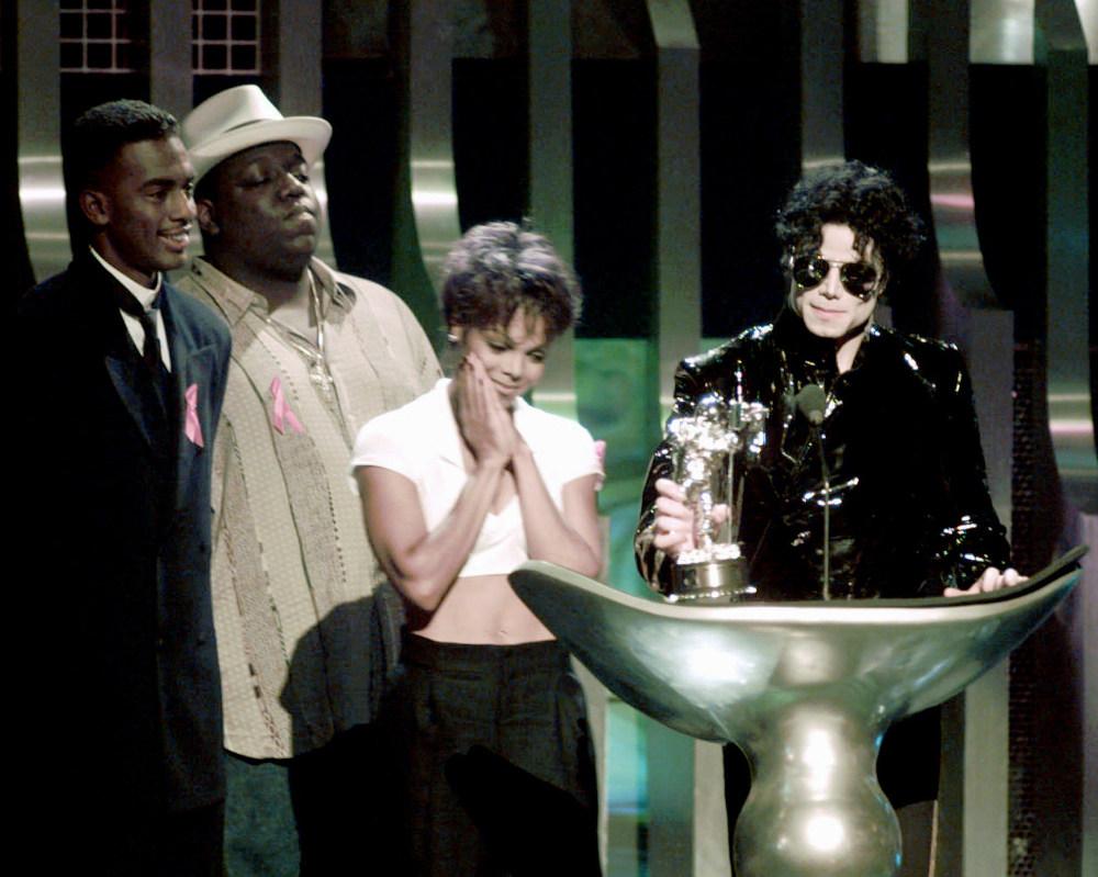 Η Τζάνετ Τζάκσον στο πλευρό του Μάικλ Τζάκσον κατά τη διάρκεια βράβευσής του στα MTV το 1995