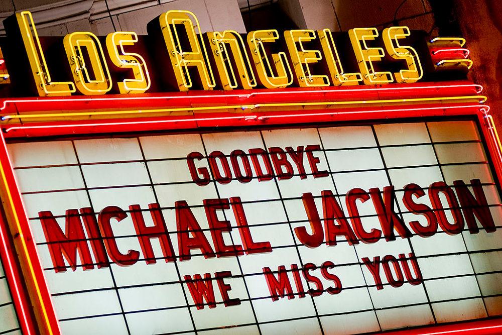 Κινηματογράφος στο Λος Αντζελες γράφει «Αντίο Μάικλ Τζάκσον, θα μας λείψεις» ανήμερα του θανάτου του τραγουδιστή
