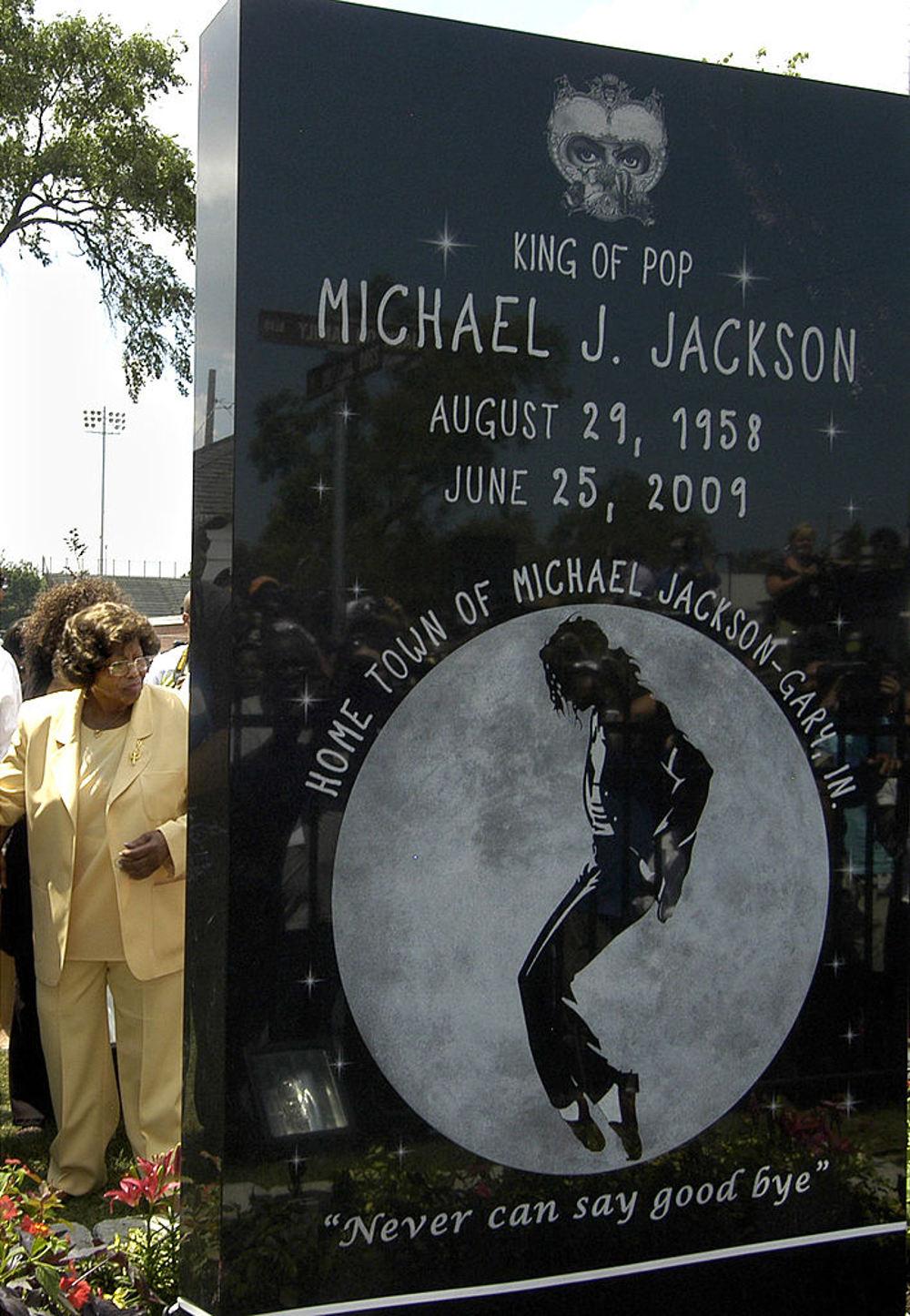 Το μνημείο του Μάικλ Τζάκσον έξω από την κατοικία  του. Εφυγε από τη ζωή στις 25 Ιουνίου 2009