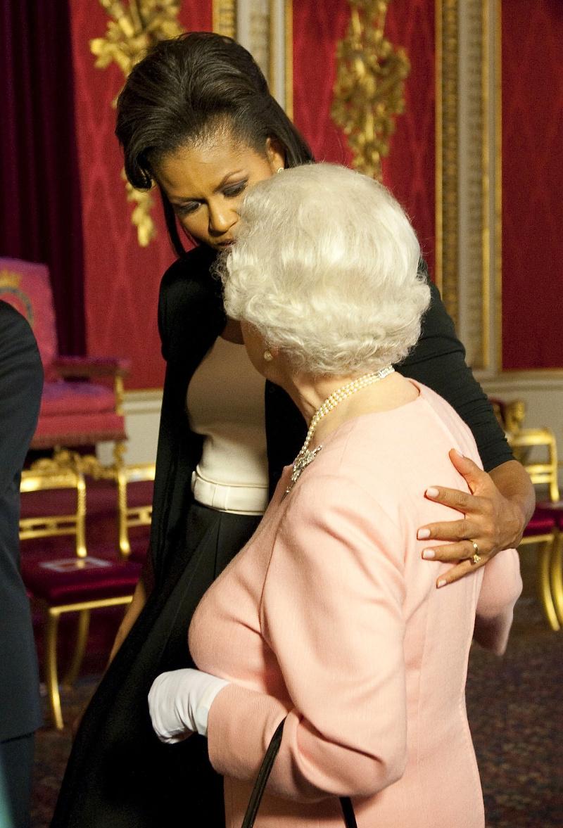 Η Μισέλ Ομπάμα αγκαλιάζει την βασίλισσα Ελισάβετ