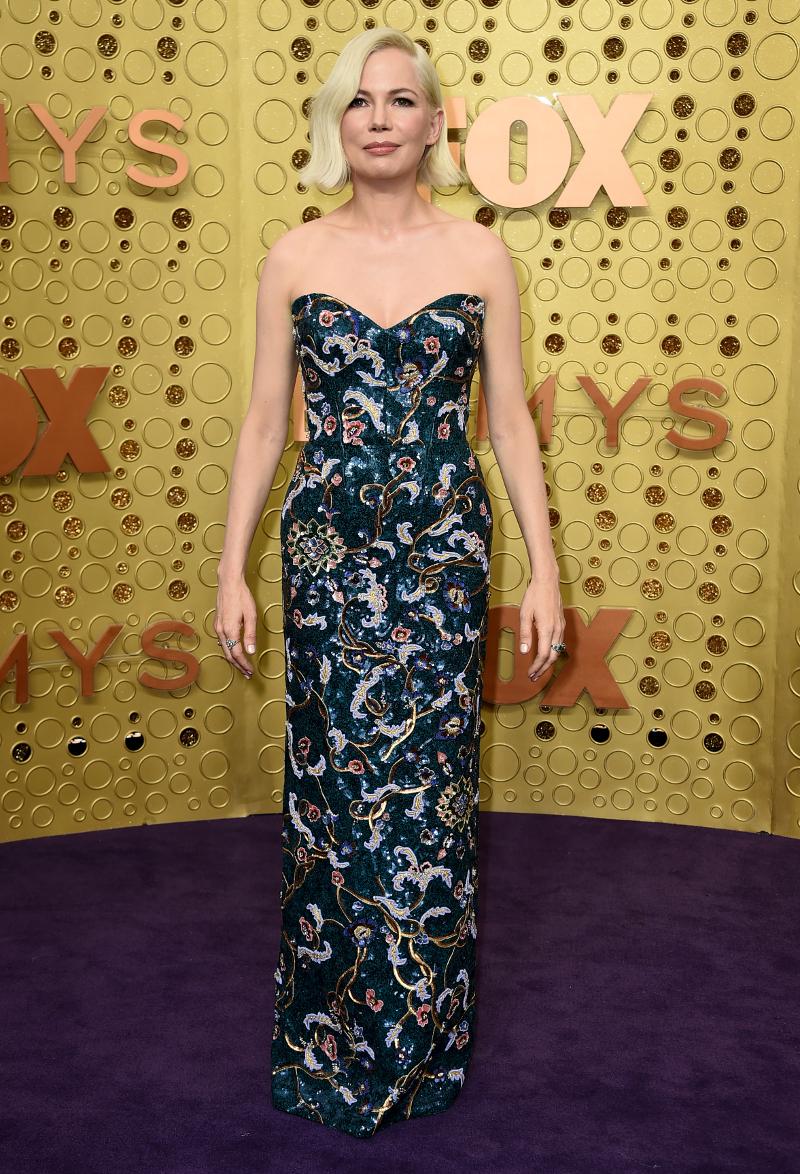 Η Μισέλ Γουίλιαμς ποζάρει στα Emmys με μακρύ φόρεμα