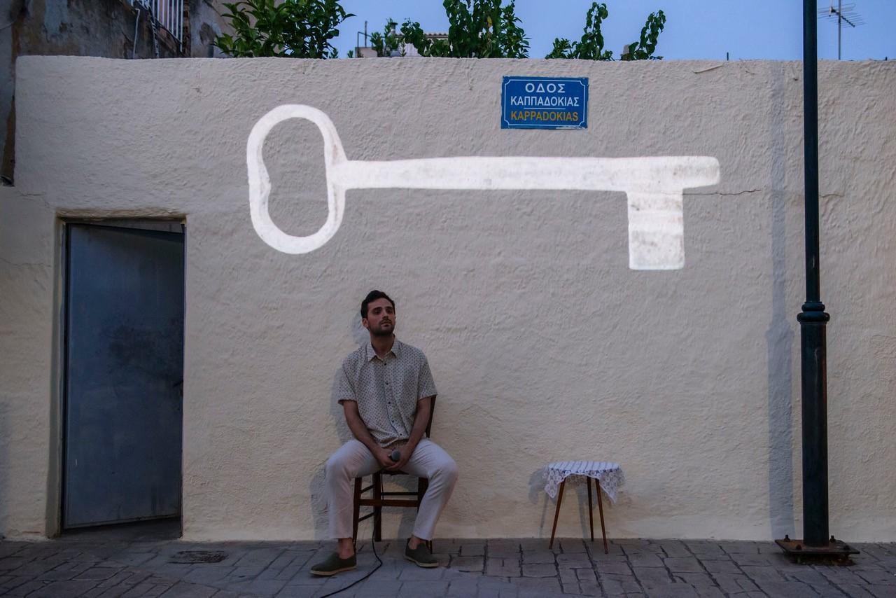 αντρας ακουμπάει σε τοίχο