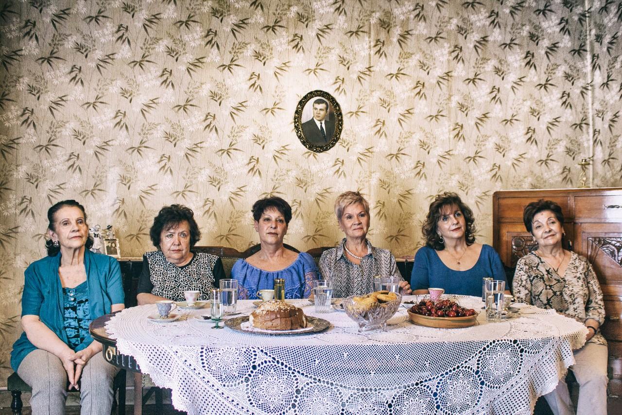γυναικες σε τραπέζι