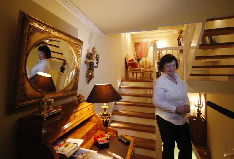 γυναίκα μέσα στο ξενοδοχείο
