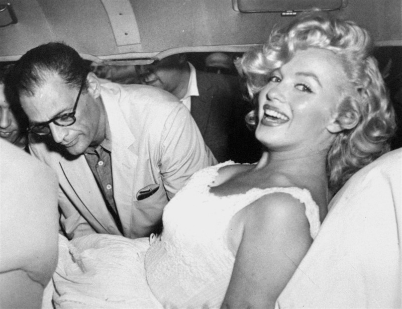 ο Αρθουρ Μίλερ και η Μέριλιν Μονρόε χαμογελαστή σε αυτοκίνητο