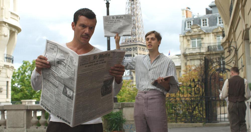 Ο Ιωάννης Παπαζήσης κρατά εφημερίδα στο Παρίσι σε σκηνή της σειράς «Κόκκινο Ποτάμι»
