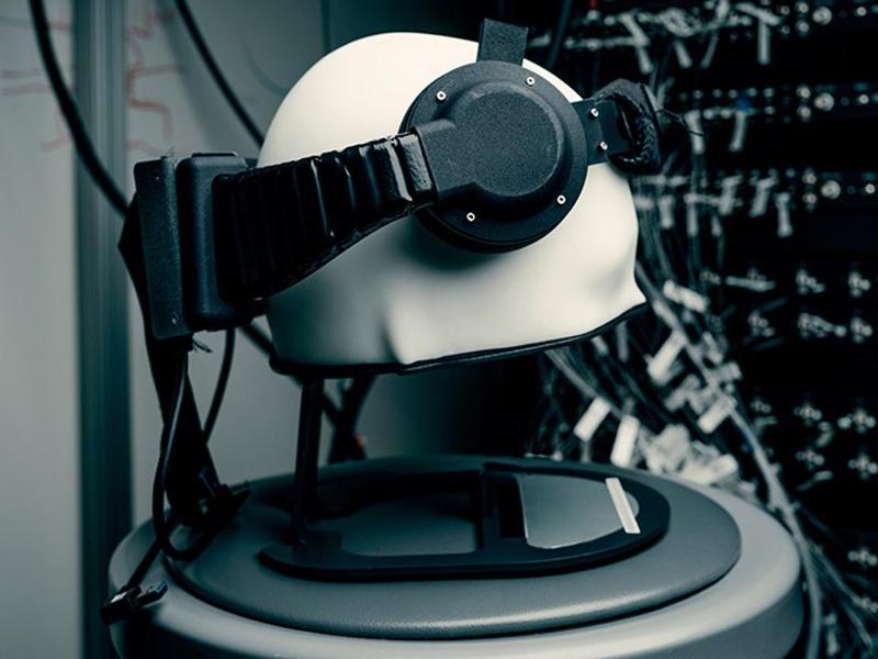 Πρώιμη ερευνητική φορητή συσκευή διασύνδεσης εγκεφάλου – Η/Υ που κατασκεύασαν τα Facebook Reality Labs.
