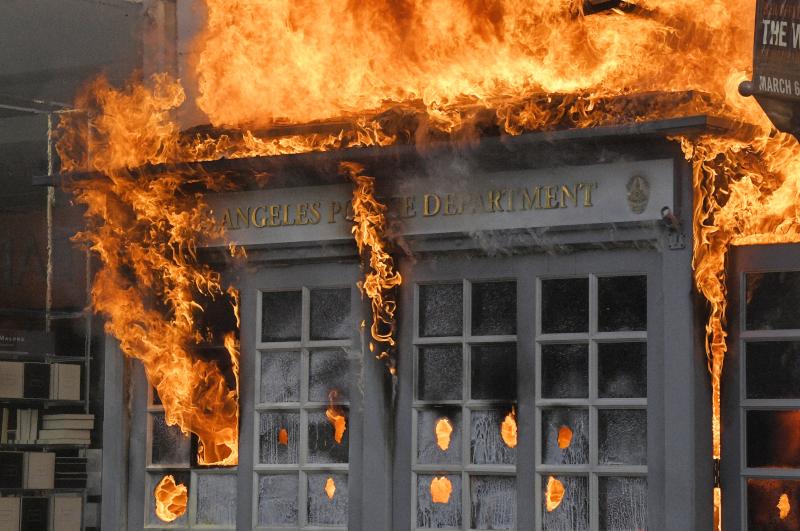Παράρτημα της αστυνομίας στο Λος Αντζελες παραδόθηκε στις φλόγες