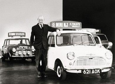 Ο Άλεκ Ισηγόνης πλάι σε  ένα Mini. Ως εκείνη την εποχή είχαν κατασκευαστεί 2.736.678 αυτοκίνητα / Φωτογραφία: Facebook/AlecIssigonis