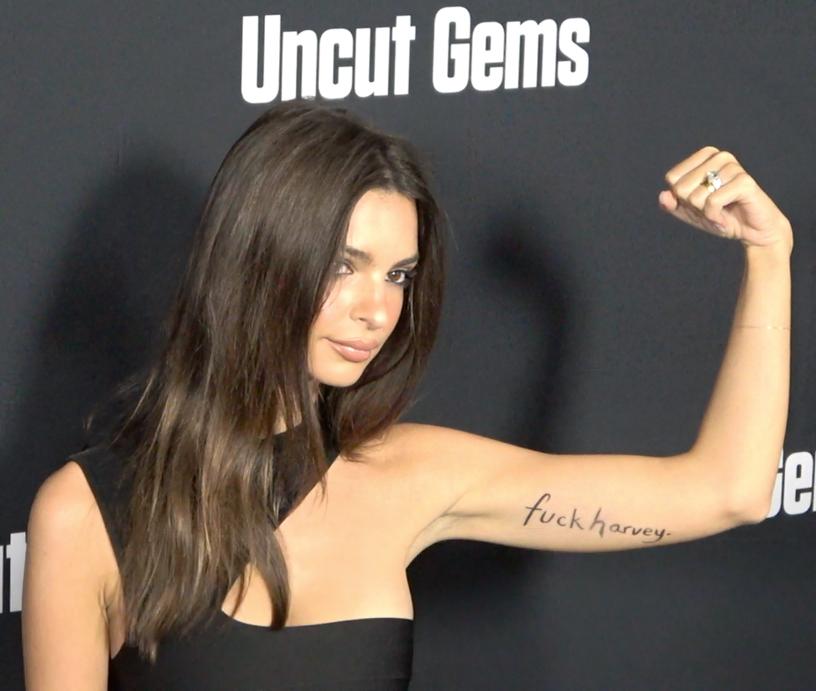 Το μοντέλο εμφανίστηκε στην πρεμιέρα ταινίας με ένα προσωρινό τατουάζ στο μπράτσο της που έγραφε: «F@@k Harvey»
