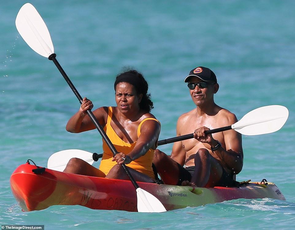 Μισέλ και Μπαράκ Ομπάμα κανό χαβάη μαγιό