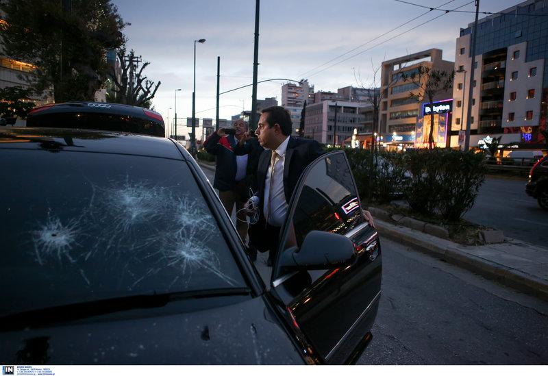 Ο Νότης Μηταράκης στο σπασμένο αυτοκίνητό του