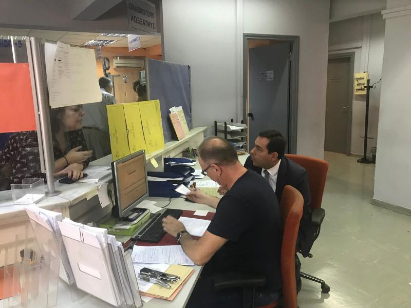Ο Νότης Μηταράκης στο τηλεφωνικό κέντρο του ΕΦΚΑ
