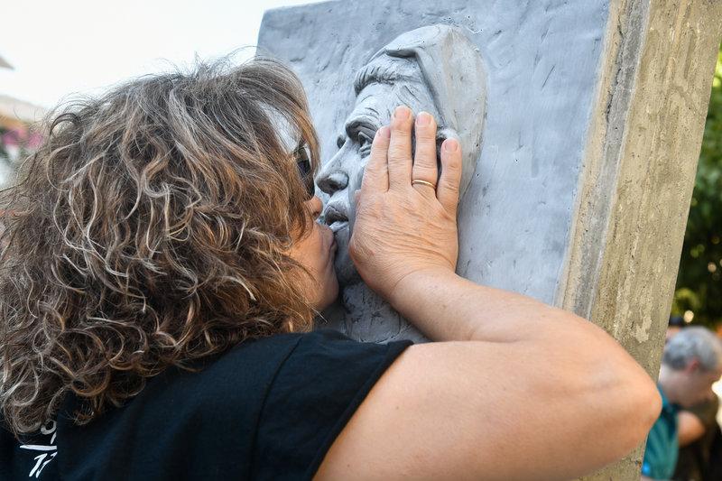 Συγκλονιστική είναι η εικόνα της μητέρας του, Μάγδας, η οποία φίλησε το μνημείο και στάθηκε συγκινημένη μπροστά του.