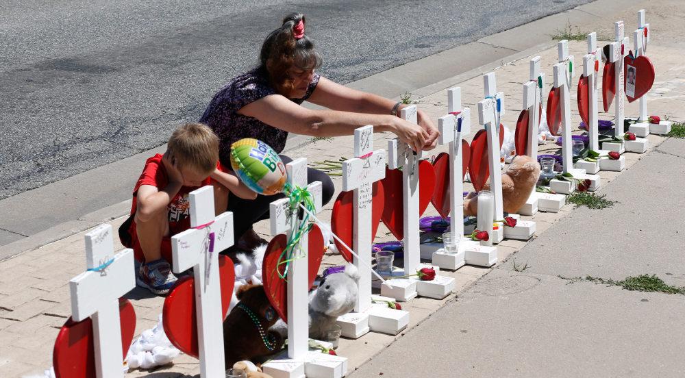Μητέρα θύματος μπροστά στους σταυρούς των θυμάτων της ένοπλης επίθεσης στην Ορόρα του Κολοράντο το 2012