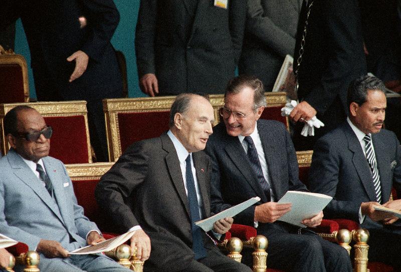 Ο Φρανσουά Μιτεράν με τον Τζορτζ Μπους τον πρεσβύτερο  στην παρέλαση για τα 200 χρόνια από τη γαλλική επανάσταση