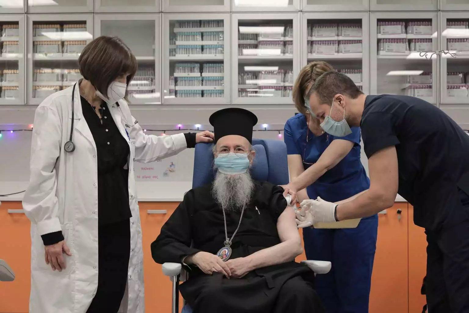 Ο Μητροπολίτης Ναυπάκτου Ιερόθεος έκανε το εμβόλιο για τον κορωνοϊό