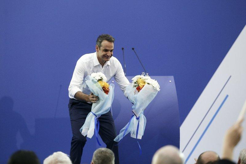 Ο Κυριάκος Μητσοτάκης παίρνει ανθοδέσμες μετά την ομιλία του