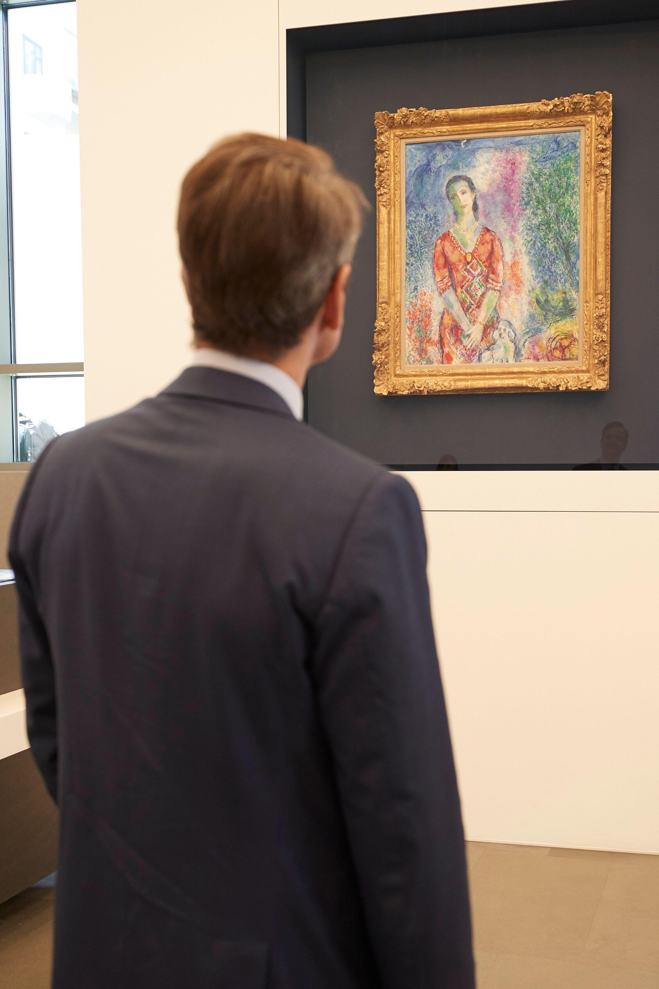 Μητσοτακης κοιτάει πίνακα