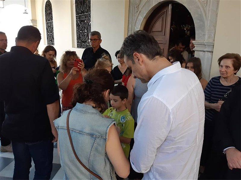 Ο Κυριάκος Μητσοτάκης έξω από τον ναό της Παναγίας της Τήνου