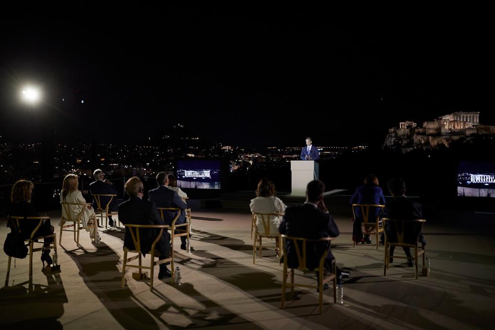 Με φόντο την υπέροχα φωτισμένη Ακρόπολη και την νυχτερινή Αθήνα η ομιλία Μητσοτάκη