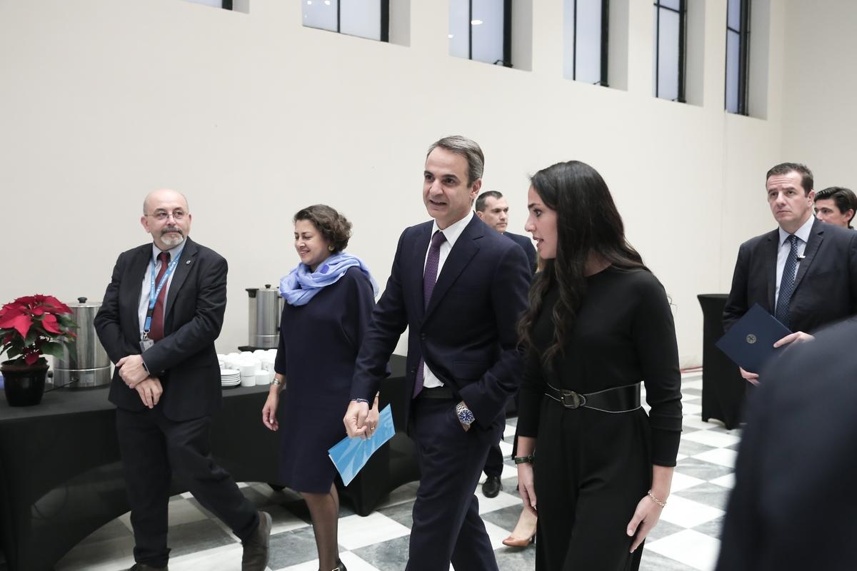 Η Δόμνα Μιχαηλίδου συνοδεύει τον πρωθυπουργό στην αίθουσα της εκδήλωσης