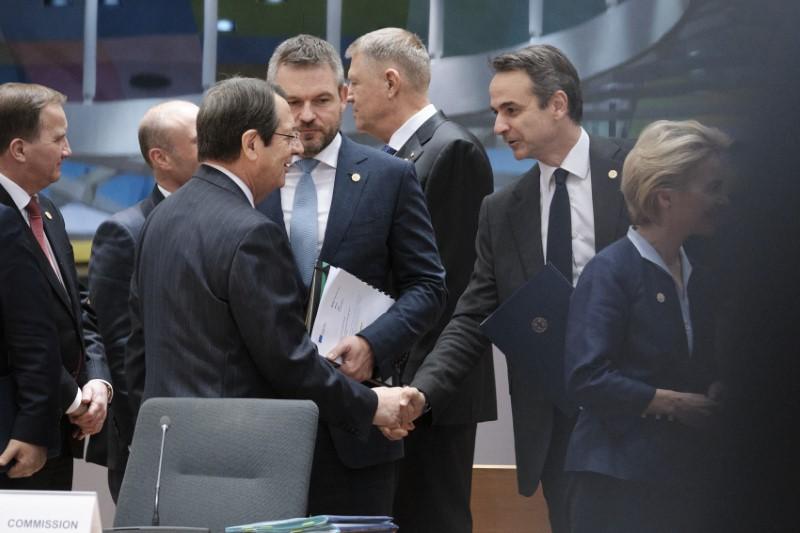 Ο Ελληνας πρωθυπουργός χαιρετά τον Κύπριο πρόεδρο Νίκο Αναστασιάδη