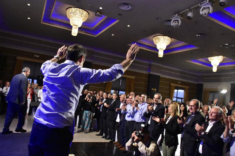 Ο Κ.Μητσοτάκης χαιρετά τους συγκεντρωμένους στο Αργος