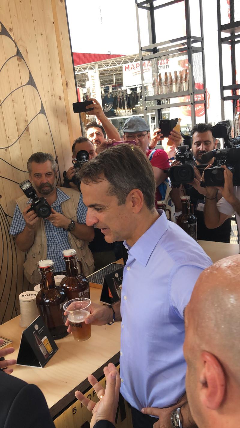 Ο πρωθυπουργός Κυριάκος Μητσοτάκης έκανε μια στάση στο περίπτερο της «Νύμφης»