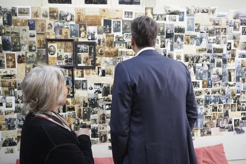 Στιγμιότυπο από την ξενάγηση του πρωθυπουργού στο Εθνολογικό Μουσείο Θράκης