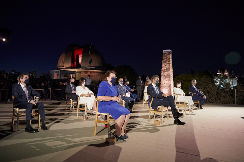 Με αποστάσεις και μάσκες οι επίσημη στην τελετή φωταγώγησης της Ακρόπολης