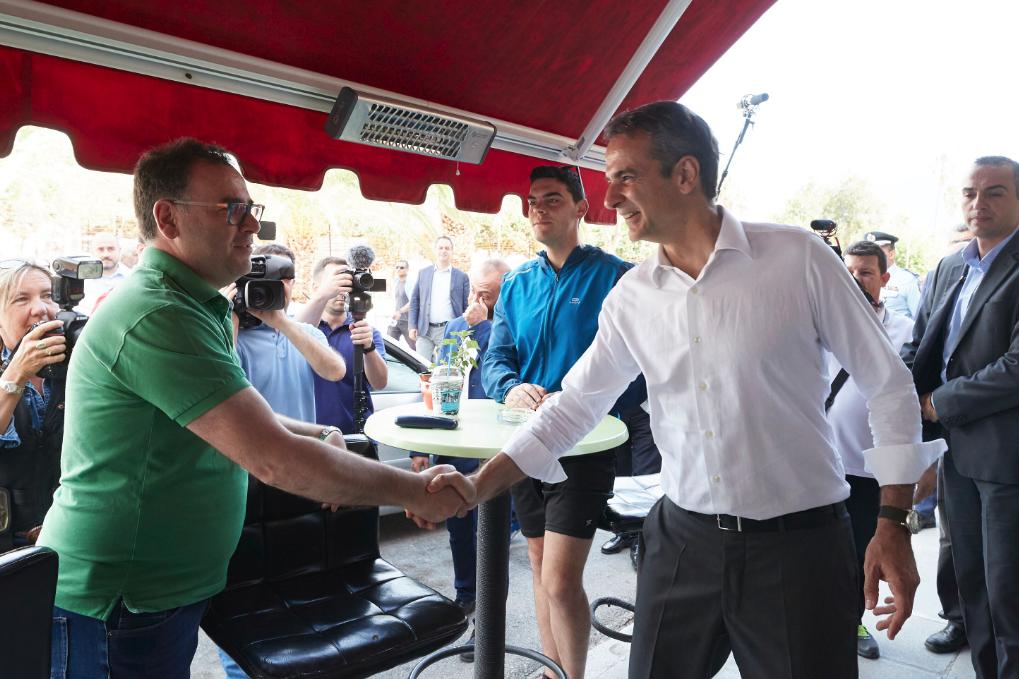 Ο Κυριάκος Μητσοτάκης συνομιλεί με πολίτη στο πλαίσιο της περιοδείας του
