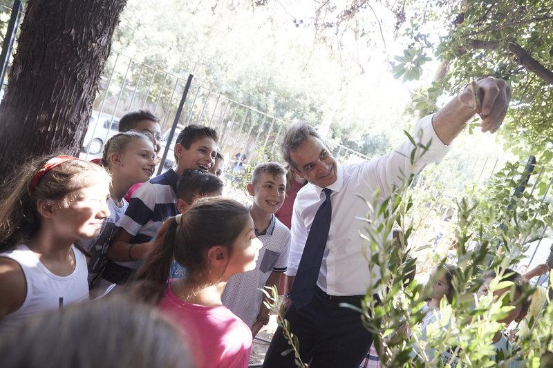 Ο πρωθυπουργός έβγαλε selfies με τους μαθητές