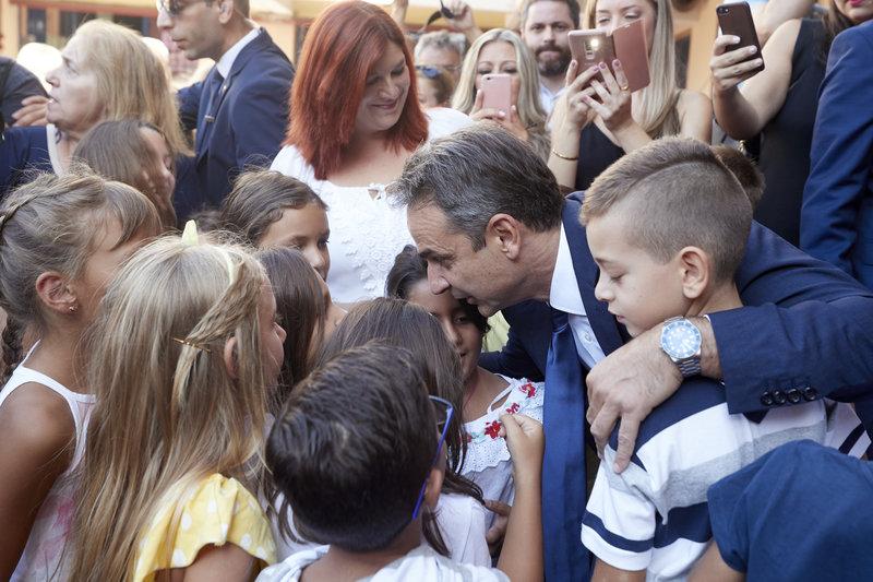 Ο Κυριάκος Μητσοτάκης συζητάει με τους μαθητές μετά τον αγιασμό στο 7ο Δημοτικό Σχολείο Γαλατσίου