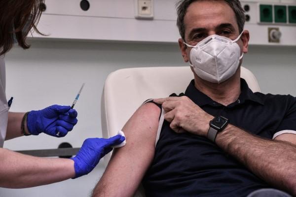 Η στιγμή που ο πρωθυπουργός εμβολιάζεται κατά του κορωνοϊού