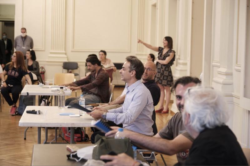Ο Κυριάκος Μητσοτάκης, τηρώντας αποστάσεις, είχε συζητήσεις με του ανθρώπους του Εθνικού Θεάτρου