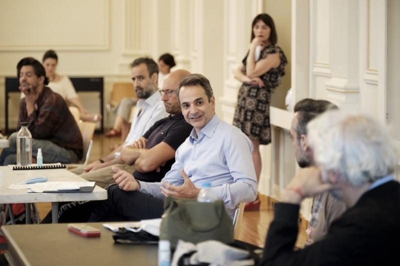 Σε χαλαρή συζήτηση εξελίχθηκε η συνάντηση του Κυριάκου Μητσοτάκη εντός του Εθνικού Θεάτρου