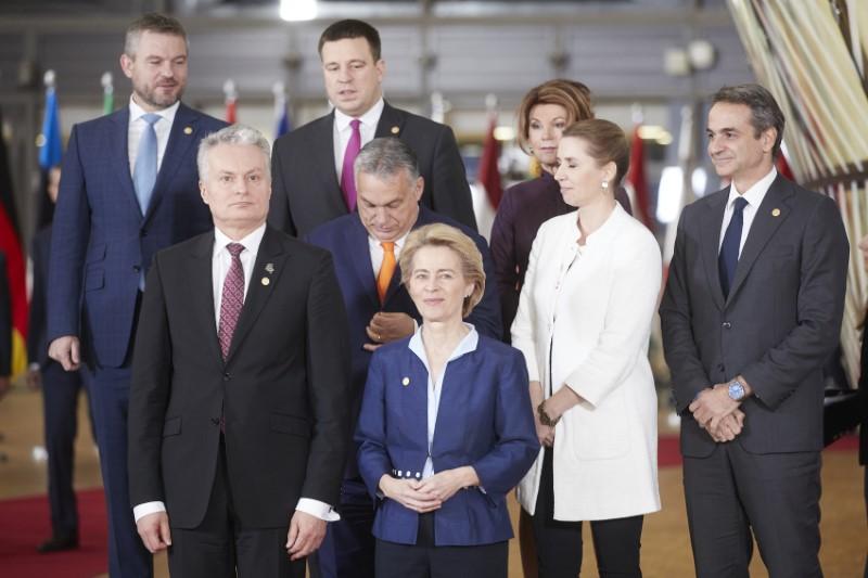 Ο Κυριάκος Μητσοτάκης με ηγέτες της ΕΕ. Σε πρώτο φόντο η Ούρσουλα Φον ντερ Λάιεν