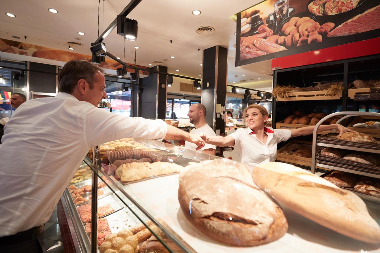 Ο Κυριάκος Μητσοτάκης χαιρέτισε εργαζόμενους σε φούρνο της Γλυφάδας
