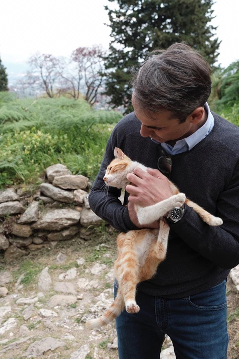 Ο πρωθυπουργός αγκαλιάζει μία αδέσποτη γάτα στο Μυστρά
