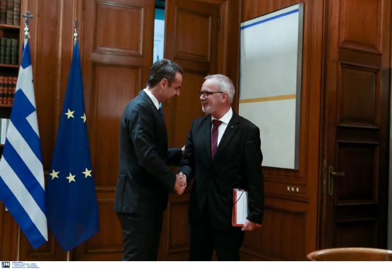 Ο Κυριάκος Μητσοτάκης υποδέχεται τον πρόεδρο της ΕτΕΠ Βέρνερ Χόγιερ