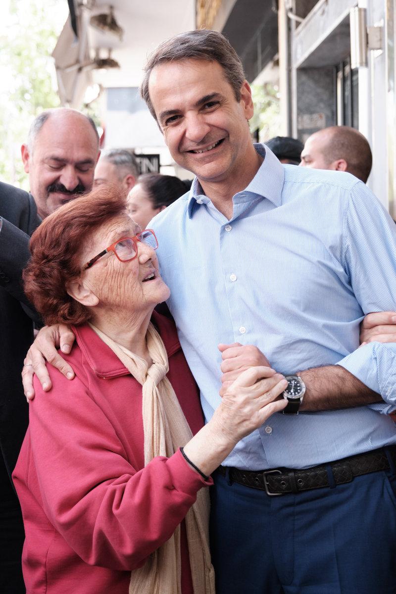 Ο Κ. Μητσοτάκης αγκαλιά με μία ηλικιωμένη