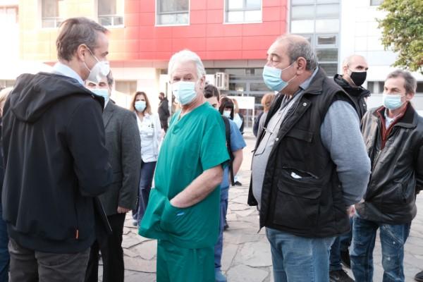Ο Κυριάκος Μητσοτάκης συνομίλησε στον προαύλιο χώρο του νοσοκομείου με εκπροσώπους γιατρών και νοσηλευτών