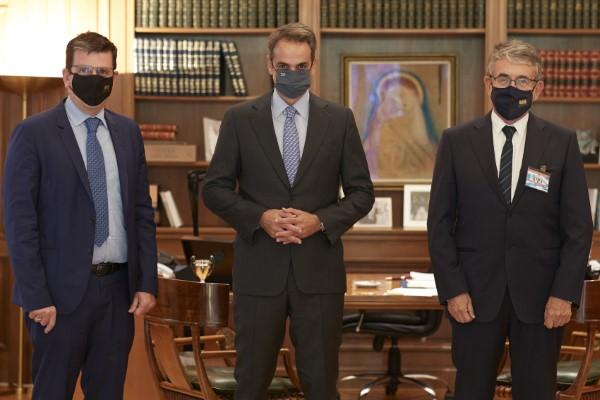 Ο Πρωθυπουργός Κυριάκος Μητσοτάκης με τον Πρόεδρο της Διοικούσας Επιτροπής του Ιδρύματος Θεοφανώ Σταύρο Ανδρεάδη (δεξιά) και τον επιστημονικό σύμβουλο του Ιδρύματος, καθηγητή Διεθνών Σχέσεων και βουλευτή της ΝΔ, Δημήτρη Καιρίδη (αριστερά)