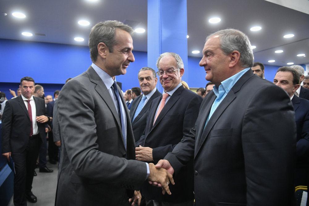 Ο πρωθυπουργός Κυριάκος Μητσοτάκης χαιρετά τον Κώστα Καραμανλή