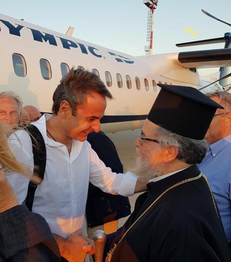 Στιγμιότυπο από την άφιξη του πρωθυπουργού στην Κάρπαθο / Φωτογραφία: RODIAKI.GR