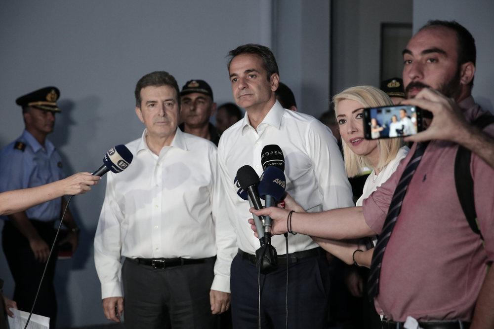 Ο πρωθυπουργός Κυριάκος Μητσοτάκης έξω από το Κέντρο της Πυροσβεστικής στο Χαλάνδρι