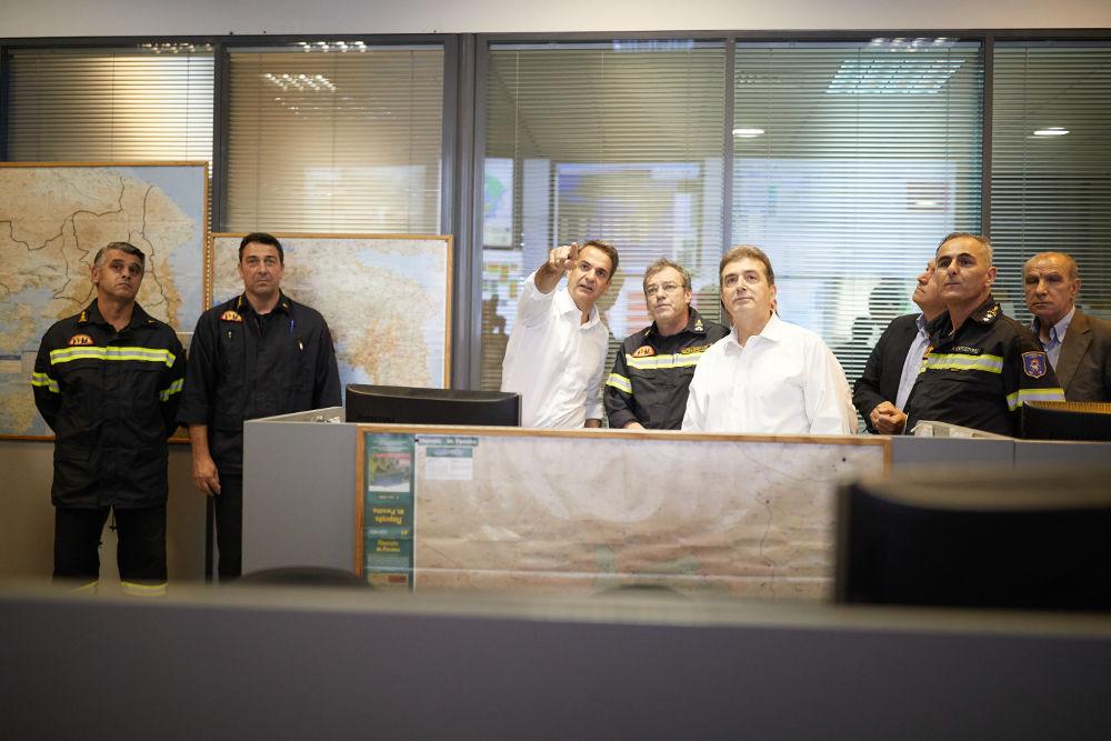 Ο Κυριάκος Μητσοτάκης στο κέντρο επιχειρήσεων της Πυροσβεστικής