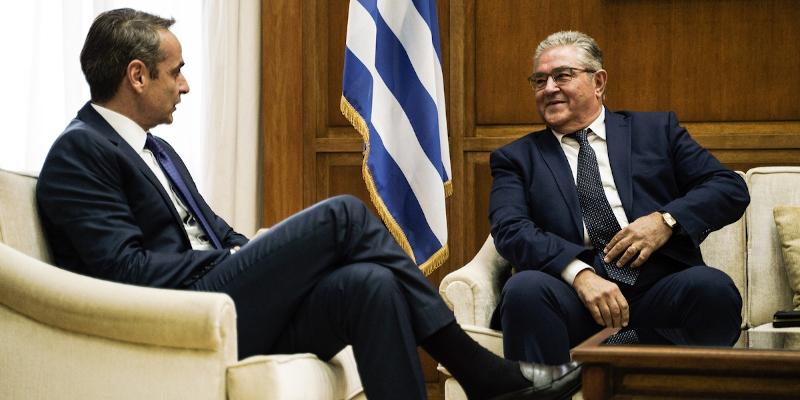 Μητσοτάκης και Κουτσούμπας στον καναπέ του πρωθυπουργικού γραφείου στη Βουλή