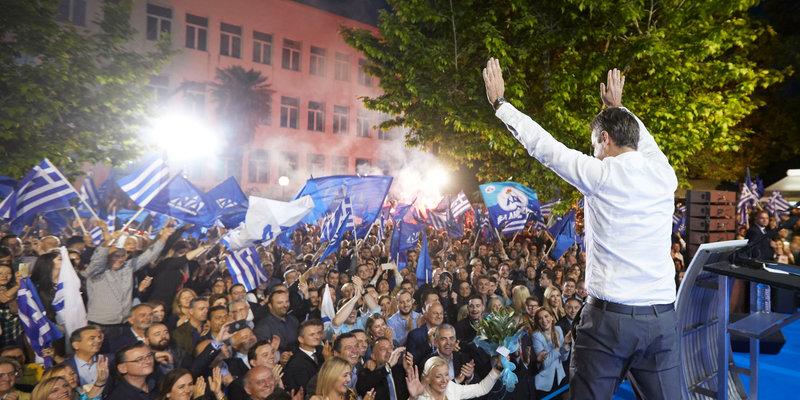 Ο Κυριάκος Μητσοτάκης χαιρετά τους οπαδούς της ΝΔ στη Λάρισα